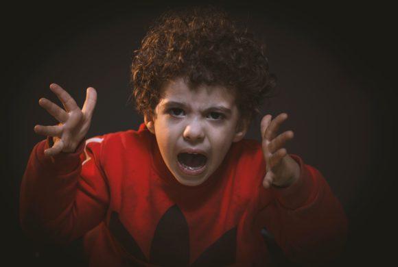 Cum gestionăm agresivitatea copilului față de unul dintre părinți